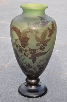 Emile Gallé (1846-1904) - Significant glass vase decorated with vine leaves and fruits - Height 36 cm