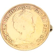 21.6 kt yellow gold brooch in the shape of a coin with the head of Queen Wilhelmina
