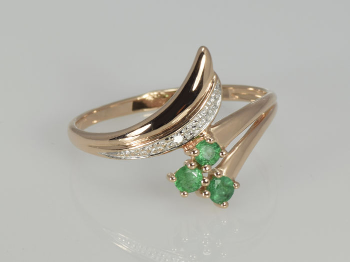 Gold 14 kt. Ring with emeralds and diamond. Size: 53 - Diameter: 17 mm