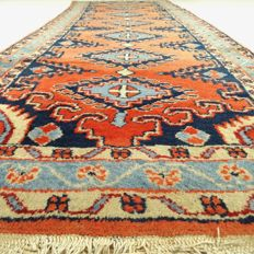 """Heriz - 304 x 106 cm - """"Eye-catcher - Wide Persian runner with geometrical patterns - In good condition"""" - With certificate."""