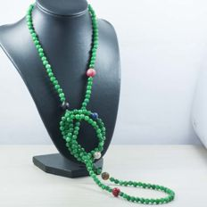 18 kt/750 yellow gold – Long necklace with Emerald and multi gemstones – Length: 123 cm.