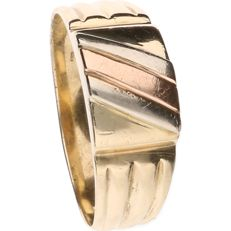Yellow gold signet ring of 14 kt, set on top with tri-colour stripes - ring size: 20.5 cm.