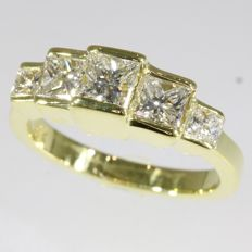 Eye-catching Vintage 18K yellow gold engagement ring with 5 diamonds - anno 1980 - Ring size: EU-52
