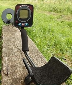 Digital, highly sensitive SmartHunter metal detector with waterproof coil