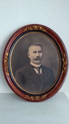 Large (73 cm) heavy oval old wooden frame with original portrait photo, ca. 1900