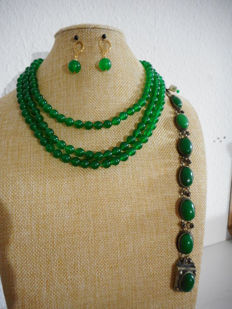 Set of 14 kt jade necklace (54 inch) and jade earrings with 14 kt gold clasp/parts and jade bracelet