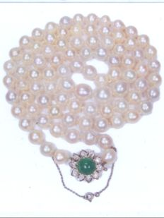 Fifties necklace with 86 pearls and a clasp with an emerald and diamonds
