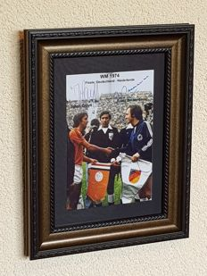 Johan Cruijff and Franz Beckenbauer - World Cup Final 1974 - framed photo with original signatures of both captains + COA