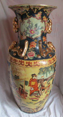 Finely detailed, large vase, Satsuma style (60.5 cm) - China - end of the 20th century