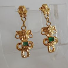 18 kt gold earrings with emerald.