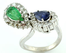 18 kt Gold ring with Sapphire of 0.71 ct and Emerald 0.54 ct, pear cut, with edges of 30 Diamonds 0.67 ct (I-J/VS-SI) IGE certificate