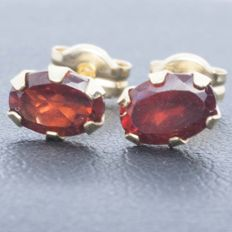 18 kt gold - Earrings - Garnets - Hand cut and set - 1.5 ct