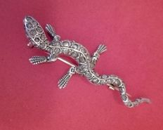 Brooch in the shape of a lizard with diamond tips totalling 1.06 ct and sapphire eyes, 0.02 ct