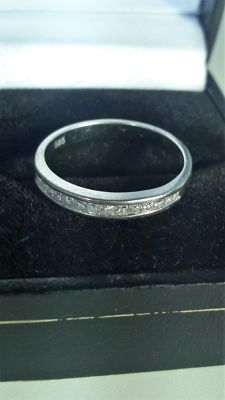 14K White gold ring set with 14 x princess diamonds. Size 16,75 mm.