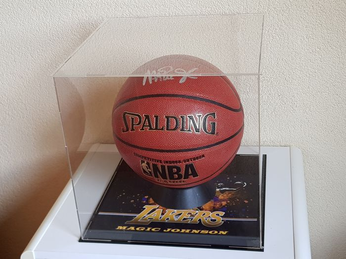 Magic Johnson - hand signed oficial NBA Spalding Basketball in Display Case + COA PSA/DNA