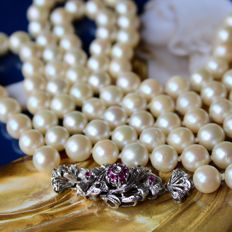 Approx. 77,3 grams pearl sautoir or 1-row necklace with 18K white gold clasp and  with authentic Japanese Akoya saltwater pearls