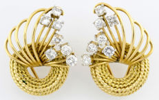 18 kt/750 gold earrings with radial rods finished with 7+7 brilliant-cut diamonds weighing 1.41 ct (J-K/SI-I1) in total.  IGE certificate