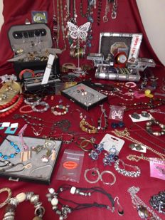 Large collection of jewellery, ca 200 pieces & Beauty Case - Beauty box