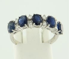 14 kt white gold ring set with sapphire and 16 single cut diamonds of approx. 0.20 ct in total – ring size 17.25 (54)