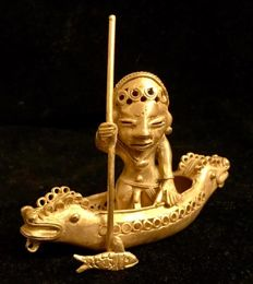 A South America , amazing , Tumbaga Gold , artefact, Colombia,  Tairona Culture ,  94 x 37 x 104 mm,  70,87 grams ,  an Indian naked native fisherman working in his canoe