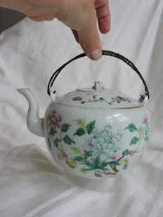 Teapot with floral decorations - Famille rose - late 19th/early 20th century
