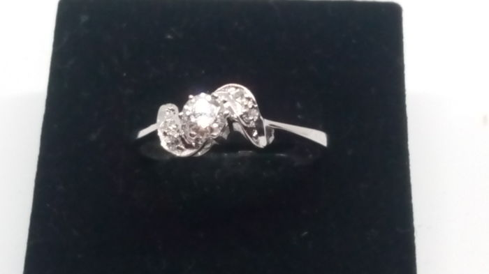 Diamond ring with 0.21ct brilliant solitaire and small diamonds in 14kt white gold + report
