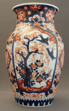 Large Imari baluster vase decorated with birds in a tree and phoenixes – ca. 1900–1920s