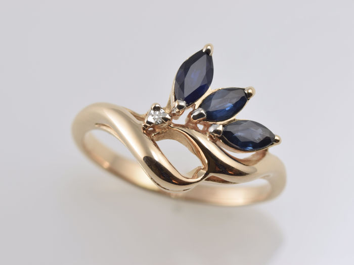 14 kt gold ring with sapphires and diamond • No reserve price •