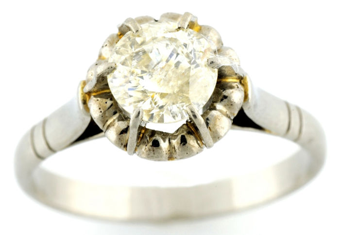 Cocktail ring in 18 kt gold with 0.87 ct brilliant cut natural diamond (M/P2). IGE certificate