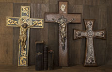 Set of three beautiful crosses and three Lutheran Bibles from the 19th century.