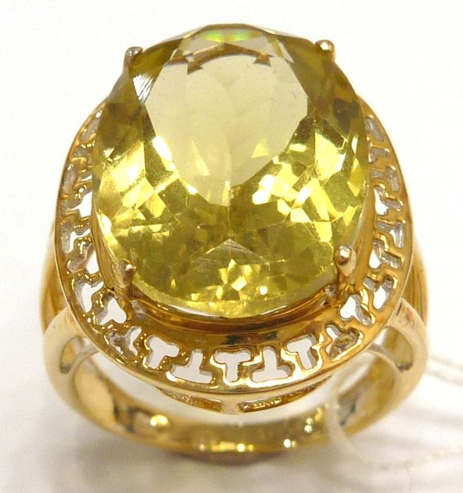 12CT 13X18 mm Oval Cut Lemon Quartz 14KT Yellow Gold Ring - US Size 6.5