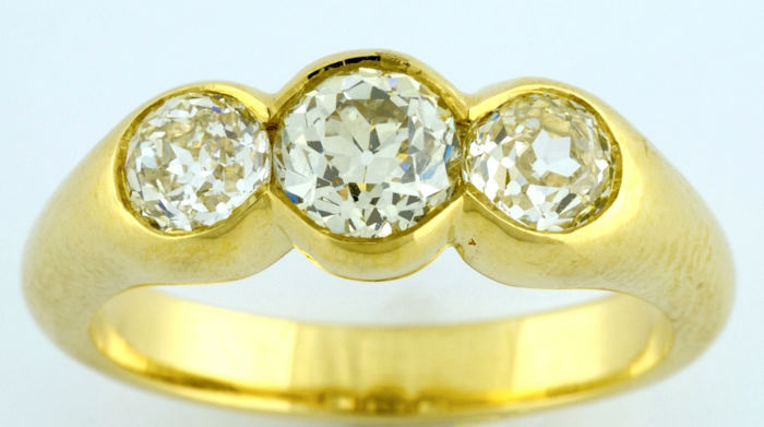 Ring in 18 kt gold with three natural diamonds of antique Europea cut totalling 1.30 ct  (O-R/VS2-IF-VVS2). IGE certificate.