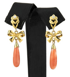 Yellow gold, 18 kt/750 - Natural Pacific Coral earrings - Earring height: 41.00 mm (approx.)