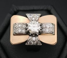 18 kt rose gold Art Deco Tank ring, decorated with a platinum bow set with diamonds (solitaire, brilliant cut, 0.65 ct, G/VS)