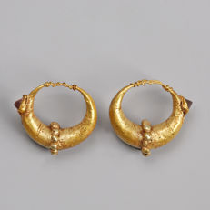 "Pair of antique Roman gold earrings with ""spessartine"" garnets, circa 14 mm diameter"