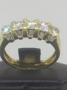 18 kt bi-coloured gold ring with 5 diamonds totalling 1.15 ct, colour: F, clarity: VS. Ring size: 15