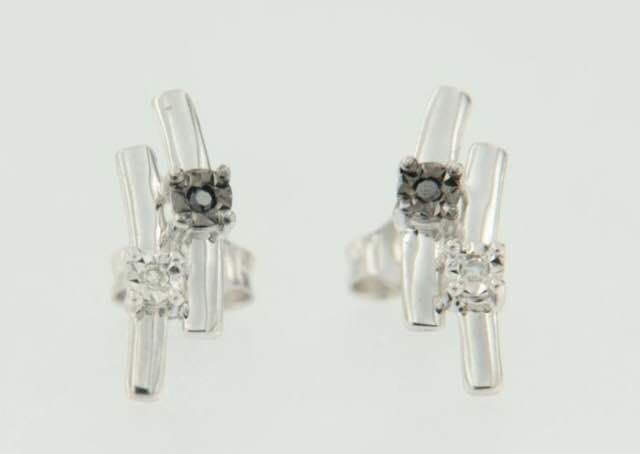 18 kt white gold earrings set with diamonds