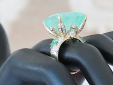 18k Yellow gold and Approx  35ct green fine natural Emerald ste with 1.30ct.apprx diamonds