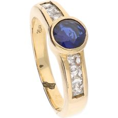 18 kt - Yellow gold solitaire ring set with brilliant cut sapphire and 6 square cut zirconias - Ring size: 17.75 mm