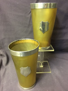 A pair of horn cups with silver fittings - England - 1873/1874
