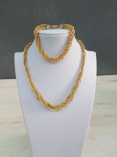 18 ct gold set including necklace and bracelet. 1980s. Made in Italy. Necklace length: 43.5 cm. Bracelet length: 20 cm.