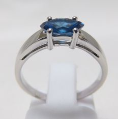18 kt gold ring with natural diamond, marquise-cut, 0.54 ct.  (Fancy Blue/SI2). IGE certificate.