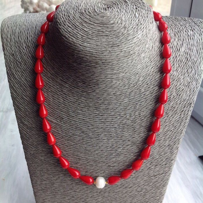 Necklace in red coral and baroque pearl with 18 kt/750 yellow gold clasp, length 45 cm.