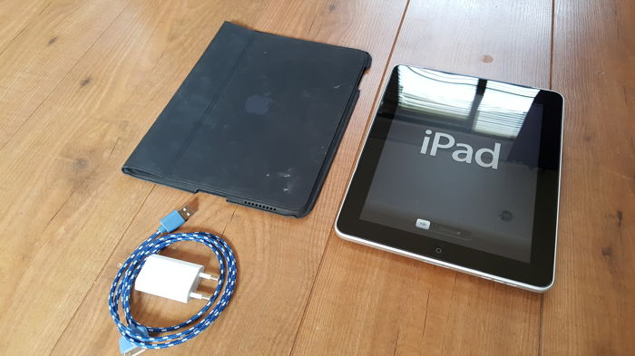 Apple iPad 1 (A1337), 32GB Wifi  + 3G! with Original Apple cover, charger, etc.