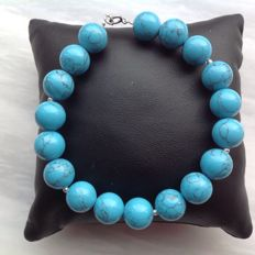 Bracelet made of turquoise, with a white gold, 18 kt / 750 clasp, length 20 cm.