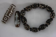 3 eyed Dzi bead bracelet and 2 beads - Asia - late 20th/21st century