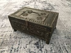 Antique chip carved oak letter chest with iron fittings and four feet - kerfsnee - Netherlands - 19th century