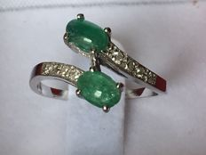 White gold 14 kt ring with 2 cabochon cut emeralds of 0.22 ct and 8 brilliant cut diamonds of 0.20 ct - Ring diameter: 16 mm - Weight: 2.28 g & No reserve &