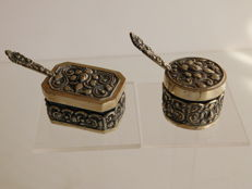 Two silver Djokja salt shakers with salt spoons, Indonesia, ca. 1930