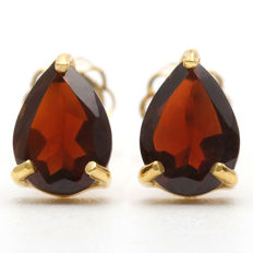 14K Gold stud Earrings with 1.66 cts Cardinal Red Garnet- total weight 0.78 g - size 5.0 x 7.5 mm